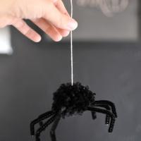Cómo hacer una araña con un pompón