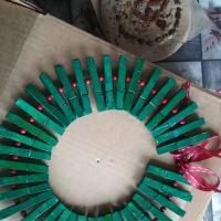 Cómo hacer una corona de Navidad con pinzas de la ropa
