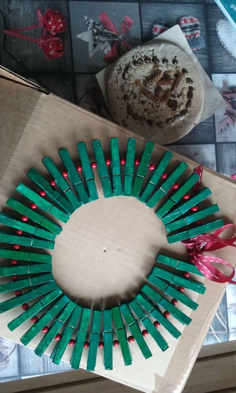 Corona de Navidad con pinzas de madera